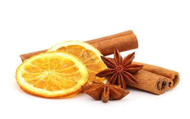 Zimtstangen Sternanis und Orangenscheiben,