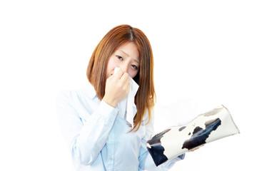 鼻炎に悩むオフィスレディー