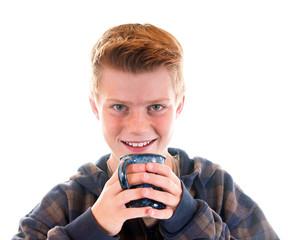 Junge trinkt aus Tasse