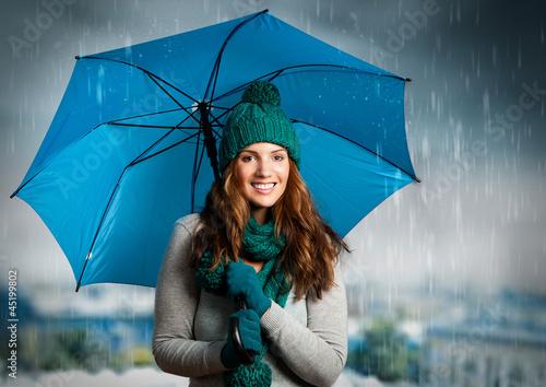 umbrella 01/Mädchen lacht unter dem Regenschirm - 45199802