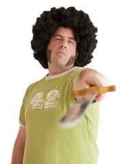 Homme déguisé avec une perruque tenant une épée