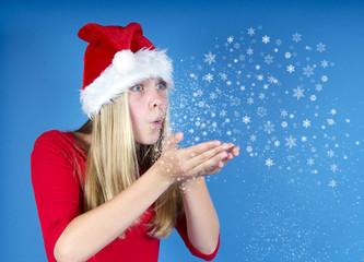 Blonder Nikolaus pustet Schneekristalle