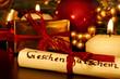 Geschenkgutschein auf dem Gabentisch