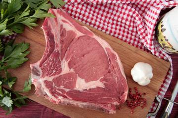bistecca di vitello fiorentina su tagliere di legno