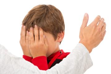 Junge bekommt eine Ohrfeige - Gewalt in der Familie