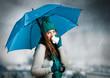 umbrella 01/Mädchen mit Regenschirm schneuzt sich