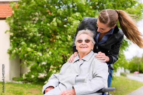 Junge Frau besucht ihre Großmutter im Altenheim