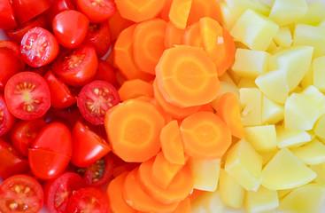 Salada de tomates, cenouras e batatas picadas