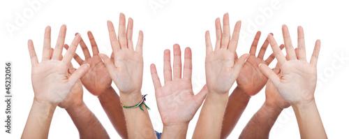 Diverse Personen strecken ihre Hände hoch