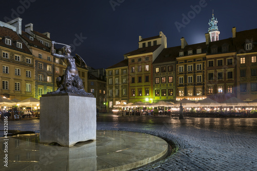 Night scene of Warsaw mermaid monument © Cinematographer
