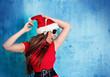 missis santa 13_2/tanzendes Santagirl vor alter Mauer