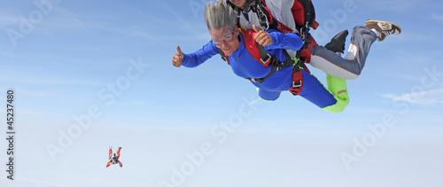Deurstickers Luchtsport Saut en parachute en tandem
