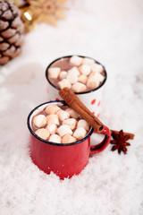 Heisse Schokolade mit Marshmallows im Schnee