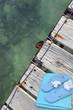 serviette et tongs sur ponton marin