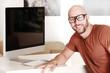 Designer in seinem Büro mit Computer