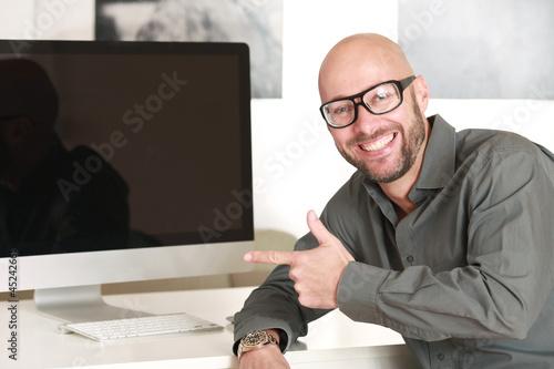 Geschäftsmann vor dem Computer Monitor