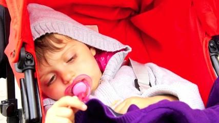 bambina riposa