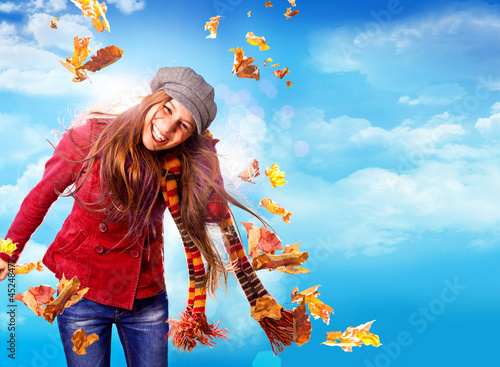 Mädchen im Wind mit bunten Herbstblättern / active autumn 08