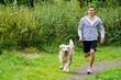 student joggt mit hund