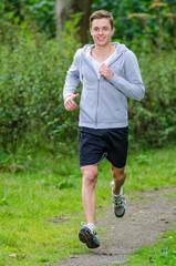 sportlicher jogger an einem sonnigen tag