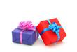 Bunte Geschenkpakete auf weiß isoliert