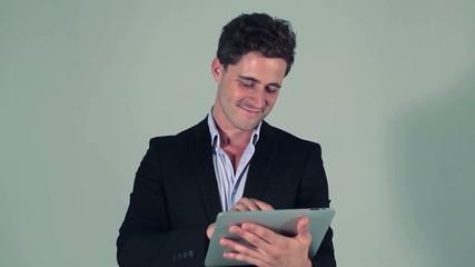 Homme d'affaire sur sa tablette graphique