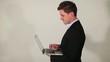 Homme d'affaire avec son ordinateur portable