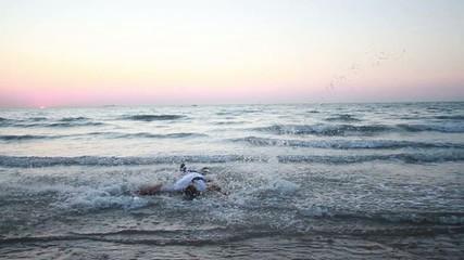 Homme dansant dans la mer