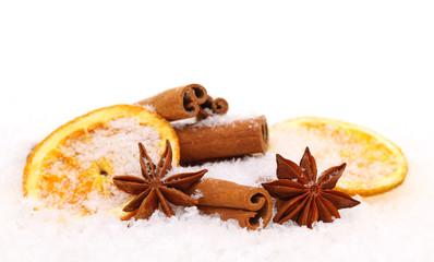 Zimtstangen Sternanis und Orangenscheiben mit Schnee bedeckt