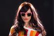 Junge hübsche Frau posiert in Fashion Mode