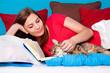 bedtime 18/Mädchen streichelt Katze im Bett