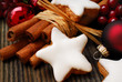 Zimtsterne mit Weihnachtsdekoration
