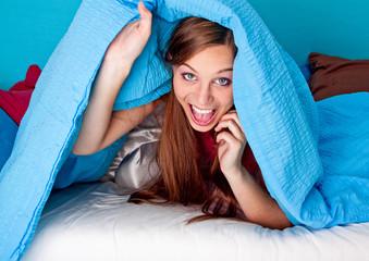 bedtime 24/Mädchen schaut unter der Bettdecke hervor