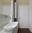 dettaglio del lavabo di un bagno moderno