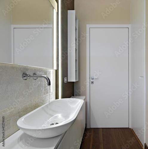 dettaglio del lavabo di un bagno moderno de adpePhoto, imagen libre de derechos #45274660 en ...