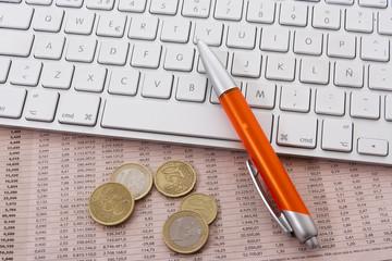 teclado, boligrafo y dinero