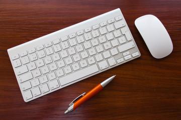 teclado, ratón y boligrafo