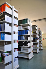 Bücherregal in einer Universitäts Bibliothek