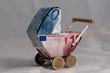 Leinwanddruck Bild - Kinderwagenmodell aus Geld