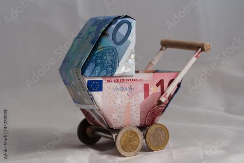 Leinwanddruck Bild Kinderwagenmodell aus Geld