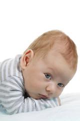 Süßer Säugling liegt auf blauem Handtuch