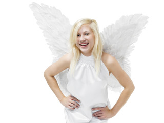 junge Frau (18) als Engel blickt lachend in Kamera