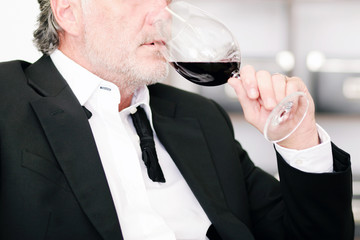 Geschäftsmann mit Weinglas