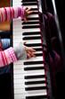 Mädchen üben am Klavier