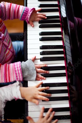 Mädels üben am Klavier