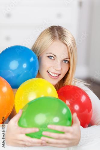 lachende frau mit luftballons