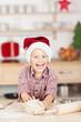 lustiger kleiner weihnachtsmann backt plätzchen