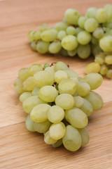 uva bianca su tavolo di legno