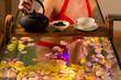 Frau badet in Spa mit Farbtherapie und Tee