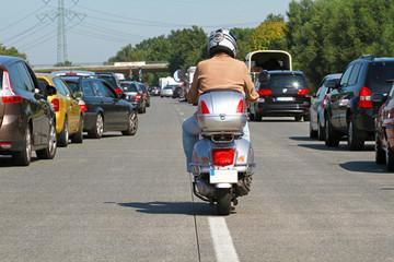 Motorroller im Stau